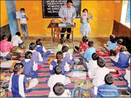 एक कमरे में पांच कक्षाओं को एक साथ पढ़ा रहा एक शिक्षक, छात्र भी पढ़ाते ह