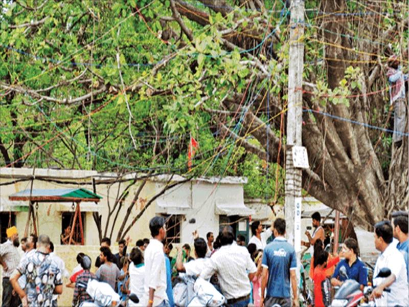 बिजली अभियान : झूलते नंगे तार और खुले ट्रांसफार्मरों के नीचे दुकान, बारिश में करंट का खतरा