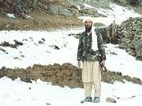 लादेन  : एक हाथ में सहारे की छड़ी, दूसरे में बंदूक