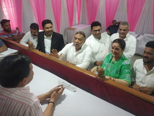Lok Sabha Election 2019: पूनम सिन्हा ने लखनऊ से भरा नामांकन, सपा ने बनाया है उम्मीदवार