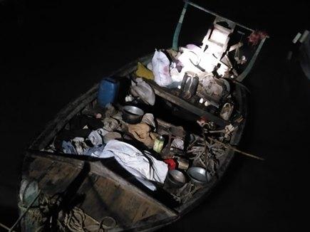 कच्छ से मिली पाकिस्तानी नौका, तीन मोबाइल समेत कईं चीजें बरामद