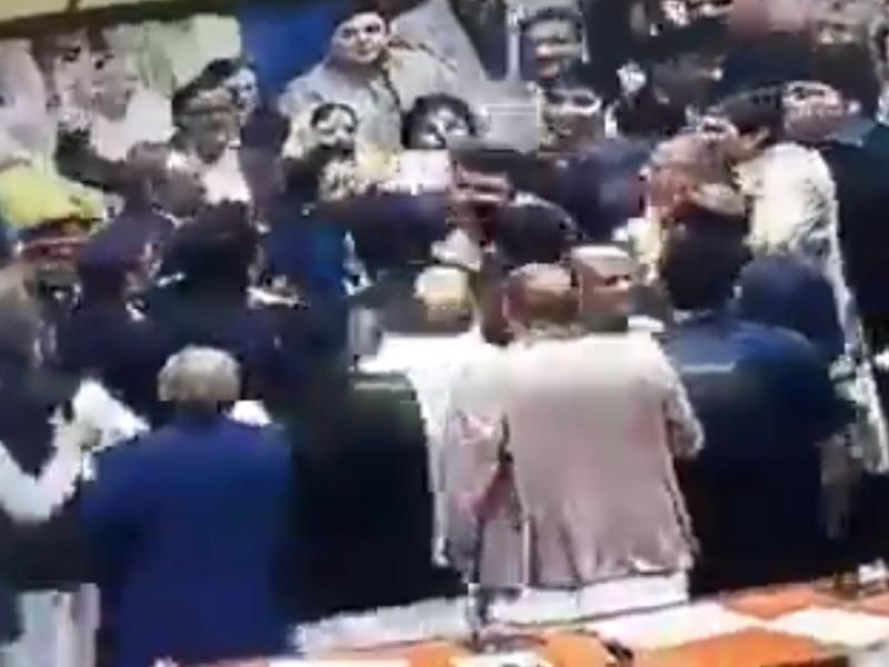 Pak Parliament पाकिस्तान की संसद में हंगामा, इमरान के खिलाफ लगे नारे, महिला सांसदों से धक्का-मुक्की
