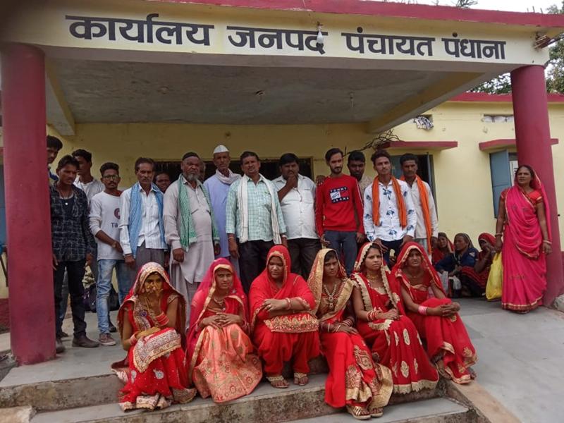 Khandwa News : सामूहिक विवाह स्थगित होने पर दूल्हा-दुल्हन और परिजनों ने दिया धरना