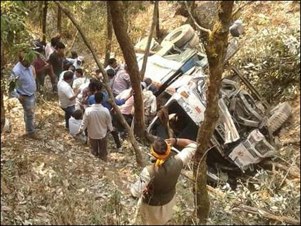 पौड़ीः खाई में गिरी बस, तीन की मौत व 26 घायल, राहत-बचाव कार्य जारी