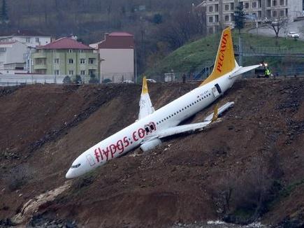 VIDEO: तुर्की में समुद्र में गिरने से बचा प्लेन, सवार थे 168 लोग