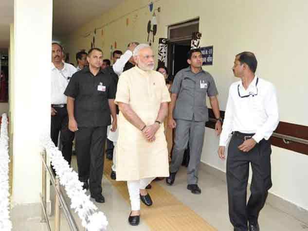 दंतेवाड़ा में बच्चों से मिले प्रधानमंत्री नरेंद्र मोदी