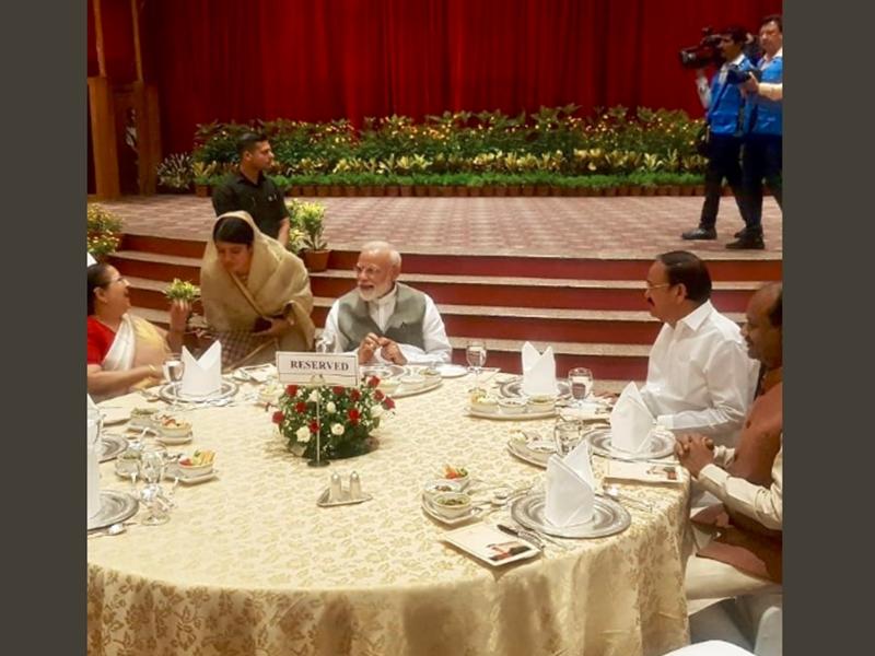 PM मोदी के रात्रिभोज में नहीं पहुंचे सोनिया, राहुल और अखिलेश