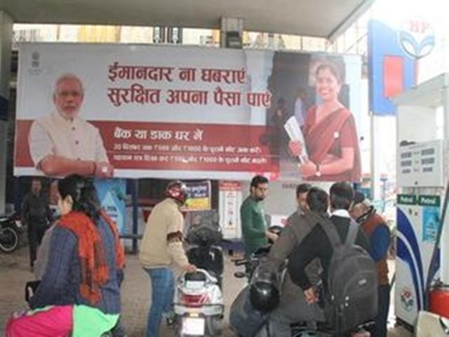 Lok Sabha Elections 2019: पीएम की तस्वीरें हटाने में देरी पर चुनाव आयोग पहुंची कांग्रेस