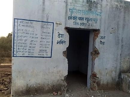MP में रघुनाथपुर पुलिस चौकी के दरवाजे ही ले गए चोर, कई चौकियों पर डल गए ताले