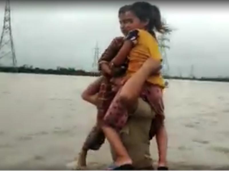 Gujarat: बाहुबली बना पुलिसवाला, कंधे पर बैठाकर बच्चों को बाढ़ से निकाला, देखें वीडियो