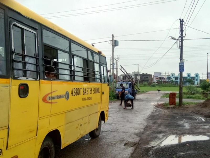 जबलपुर में स्कूल बस पर गिरा बिजली का तार, बाल-बाल बचे 50 बच्चे