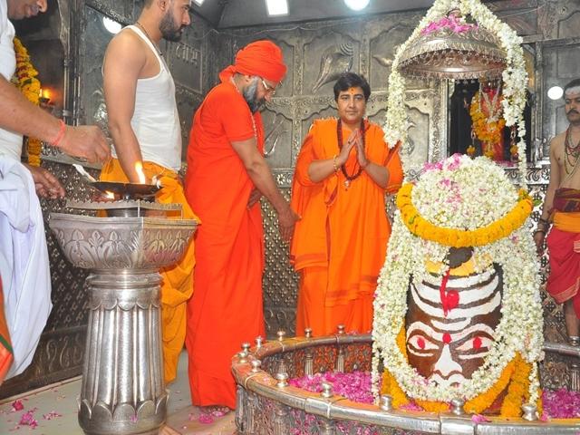 Bhopal Lok Sabha seat : टिकट मिलने के बाद महाकाल मंदिर पहुंची प्रज्ञा, कहा-दिग्विजय चुनौती नहीं