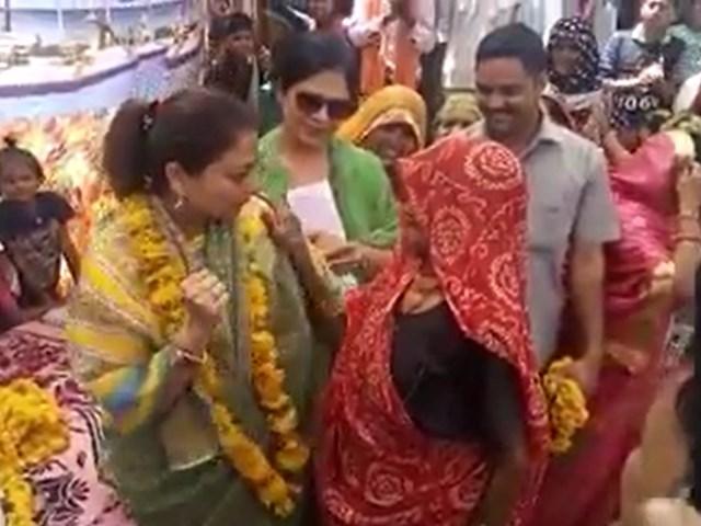 VIDEO : चुनाव प्रचार में Priyadarshini Raje Scindia ने वृद्धा को सिखाए डांस स्टेप्स