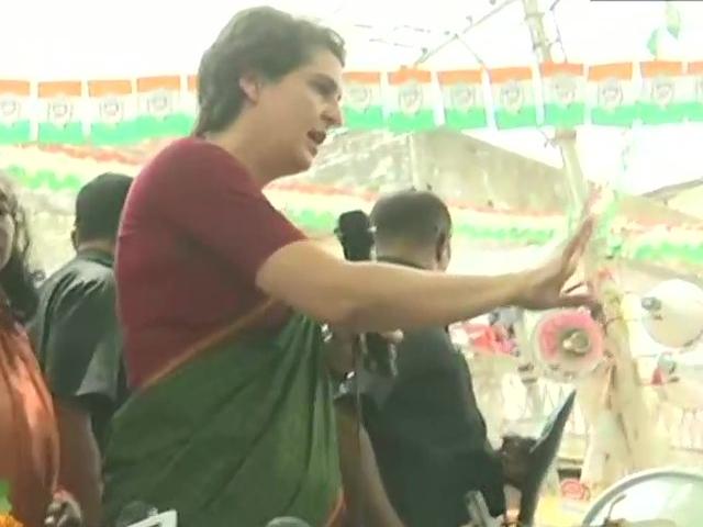 Mirzapur में Priyanka Gandhi बोलीं- मोदी से अच्छा तो अमिताभ बच्चन को पीएम बना देते