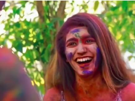 प्रिया प्रकाश ने ऐसे मनाई होली, वीडियो हुआ वायरल