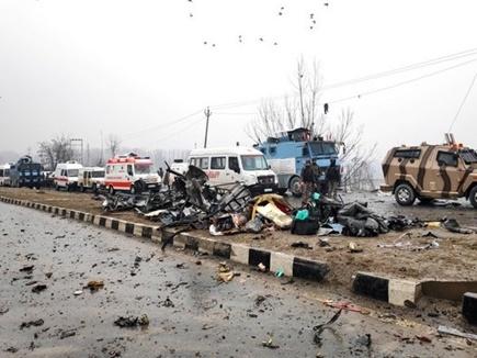 Pulwama Terror Attack : तस्वीरों में देखें, पुलवामा में आतंकी हमले के बाद का मंज़र