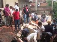 पुणे: 30 साल पुरानी बिल्डिंग गिरने से 5 घायल, दो के अंदर फंसे होने की आशंका