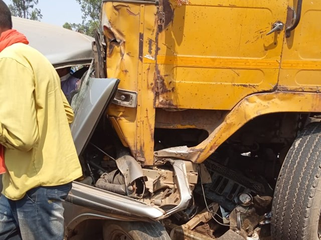 VIDEO: रायगढ़ में कार और ट्रक की टक्कर में एक की मौत, 9 लोग घायल