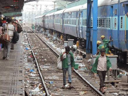 रेल कोच में गंदगी से परेशान हैं तो इस नंबर पर भेज दें PNR