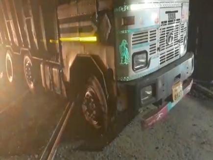 VIDEO जांजगीर में एल्युमीनियम से भरा ट्रक फाटक में फंसा, रेलों की आवाजाही रुकी