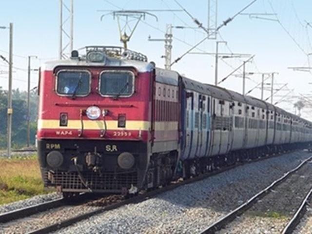 Vayu Cyclone: चक्रवात 'वायु' का खतरा बढ़ा, रेलवे ने इन रूटों पर 50 से अधिक ट्रेनें निरस्त की