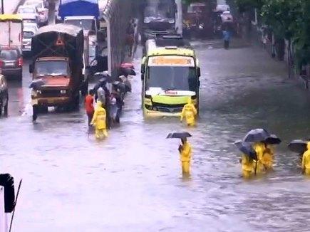 मुंबई : पानी-पानी हुआ शहर, हर तरफ जल-जमाव के कारण थमी रफ्तार