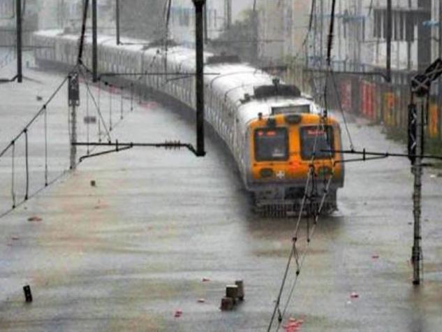 तस्वीरों में देखिए मुंबई की बारिश ने जाम किया सबकुछ
