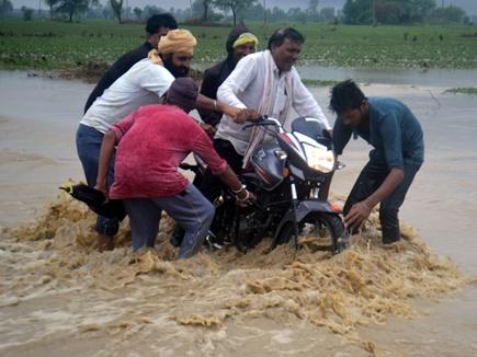MP में जोरदार बारिश, सड़कें जलमग्न, निचली बस्तियों में भरा पानी