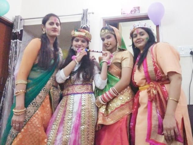 रायपुर में हुई फूलों की होली, राधा और कृष्ण ने लुभाया