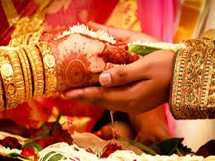 शादी के कार्ड पर भगवान गणेश के बजाय छपवाए राहुल-सोनिया के फोटो