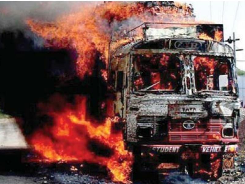 Rajasthan: चलते ट्रक में लगी आग, चालक ने कूद कर बचाई जान, देखें तस्वीरें