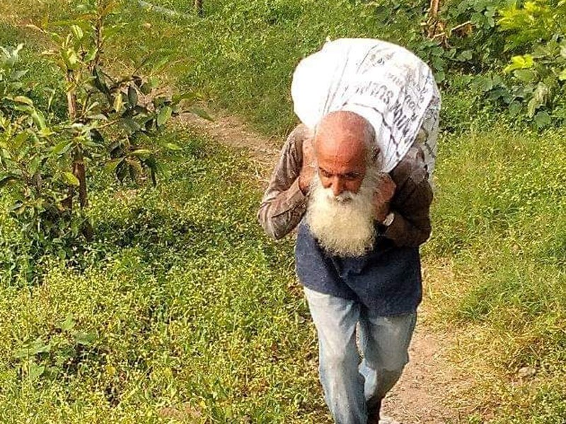Clean Shipra River : शिप्रा किनारों को पॉलीथिन मुक्त करने में जुटा 62 वर्षीय बुजुर्ग