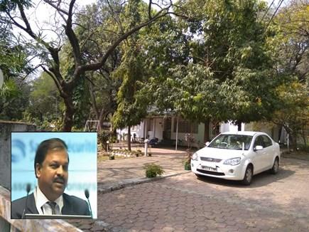 IPS अधिकारी ने एक महीने से घर में रखी है पिता की लाश