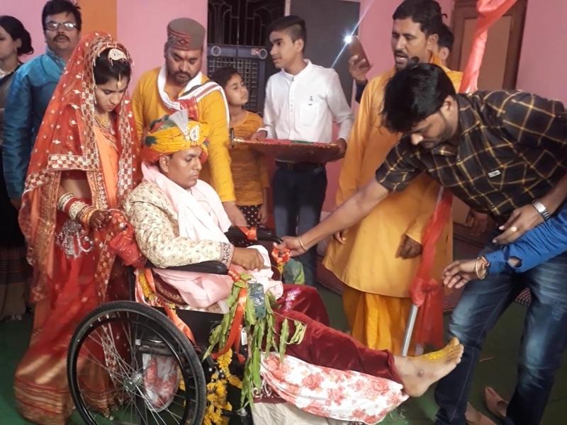 Madhya Pradesh : घायल दूल्हे को व्हीलचेयर पर बैठाकर दुल्हन ने लिए सात फेरे