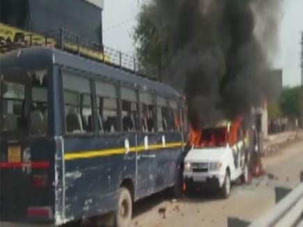 राजस्थान: धौलपुर हाइवे पर पुलिस और प्रदर्शनकारियों के बीच झड़प, वाहनों में लगाई आग
