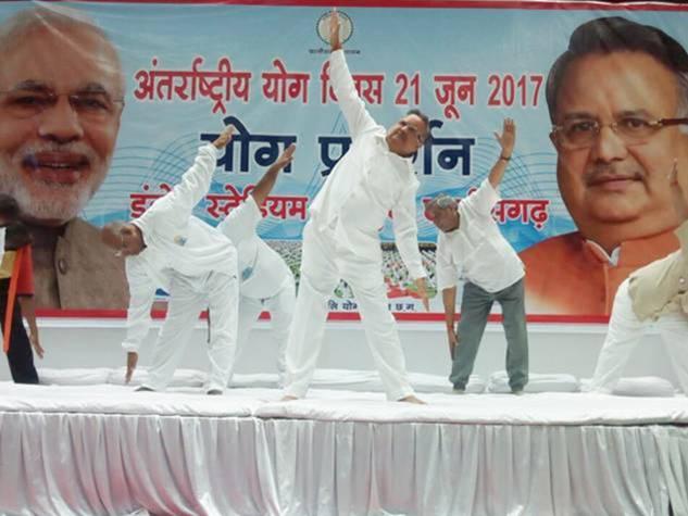 सीएम रमन सिंह ने रायपुर में किया योग, देखिए दूसरे शहर की फोटोज