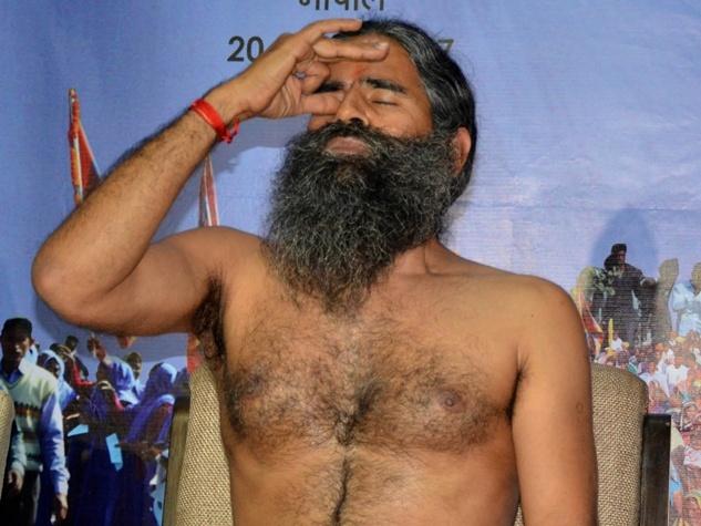 बाबा रामदेव ने मीडिया से चर्चा में दिखाई योग की मुद्राएं