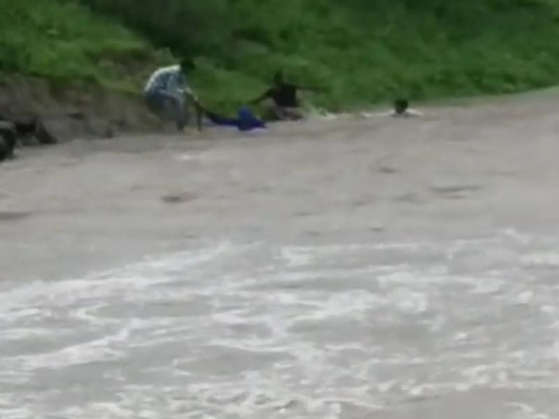 Ratlam News :  पुलिया पार करते समय बहे तीन लोगों को सुरक्षित निकाला, देखें वीडियो
