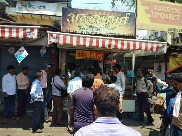 Indore : रीगल तिराहे पर निगम की कार्रवाई के दौरान दुकानदार ने खाया जहर