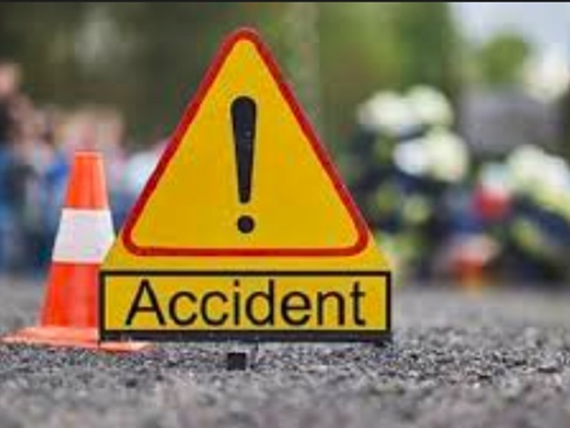 खड़े ट्राले से टकराई यात्री बस, 7 गंभीर घायल