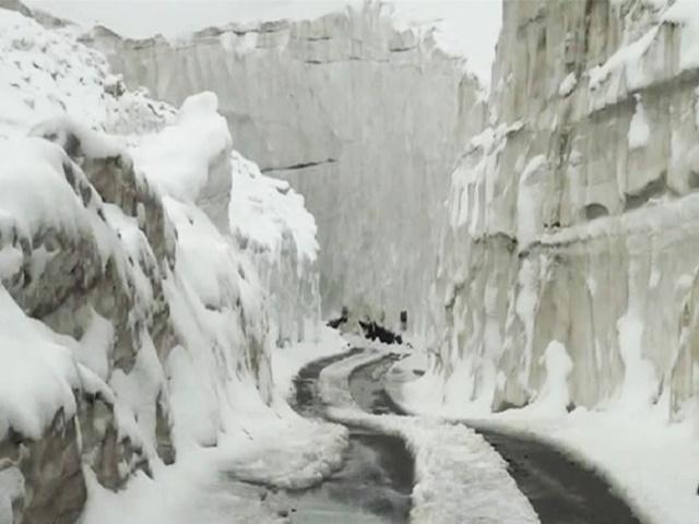 Rohtang Pass: रोहतांग दर्रे में अभी भी जमी हुई है  20 फीट मोटी बर्फ