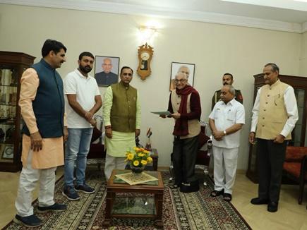 CM रूपाणी ने राज्यपाल को सौंपा इस्तीफा, गुजरात में नई सरकार की तैयारी