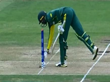 VIDEO: मैदान से उठाकर गेंद विकेटकीपर को दी तो अंपायर ने दिया आउट
