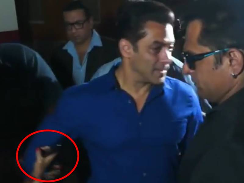 Salman Khan का हाथ खींच लिया लड़की ने तो आया सुपरस्टार को गुस्सा, Video Viral