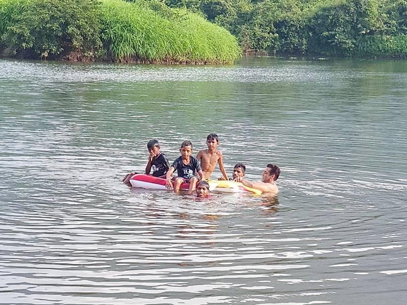 Salman Khan पहुंचे तालाब पर तैरने, बच्चों को बोले 'कूल'