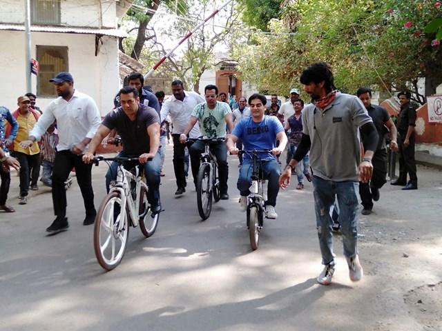 VIDEO: सलमान खान कभी साइकिल तो कभी टू व्हीलर पर महेश्वर में घूमते दिखे