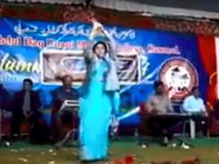 AIMIM की मुस्लिम महिला नेता ने स्टेज पर किया नागिन डांस