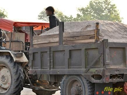 बेखौफ रेत माफिया :पेट्रोलिंग कर रही वन विभाग की टीम पर ट्रैक्टर चढ़ाने की कोशिश