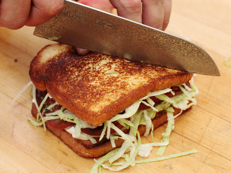 बराबर नहीं काटा सैंडविच तो कस्टमर को आया गुस्सा, किया कुछ ऐसा