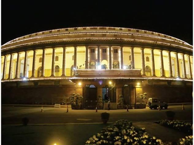 टैक्स रिफॉर्म के लिए 70 साल में पहली बार रात में जगमगाई संसद
